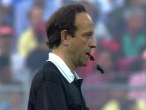 De quelle nationalité est Mr Kurt Röthlisberger, l'arbitre de ce match ?