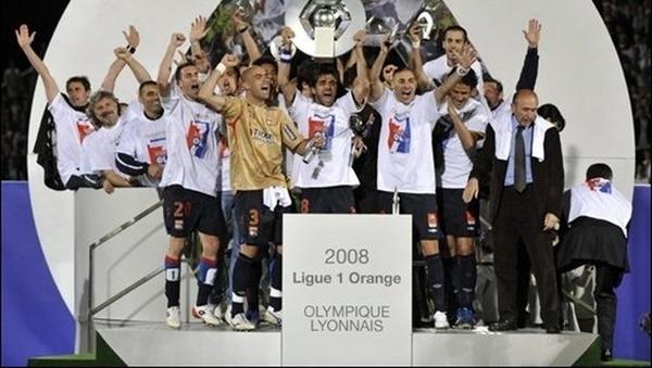 A ce jour l'OL détient toujours le record de titres de Champion de France consécutif, il est de .....