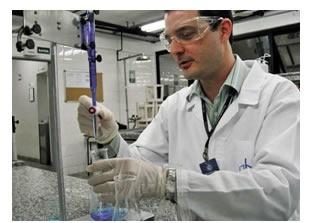 Marque a alternativa que traz os nomes dos equipamentos de segurança que o químico abaixo está usando e justifique o porquê do uso de cada um deles.