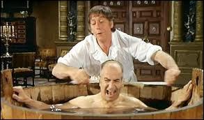 Dans la Folie des Grandeurs, après son bain, que demande Don Saluste à son valet ?