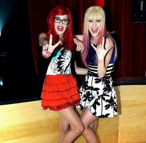 En qui Violetta et Francesca se déguisent-elles ?
