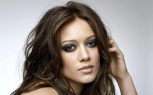 Elle a incarné Lizzie McGuire sur Disney Channel et on l'a aperçue dans Gossip Girl... Qui est cette chanteuse ?