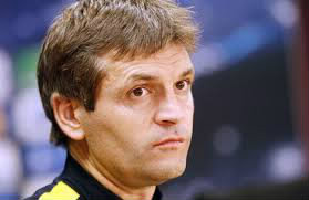 Qui est cet entraîneur ?