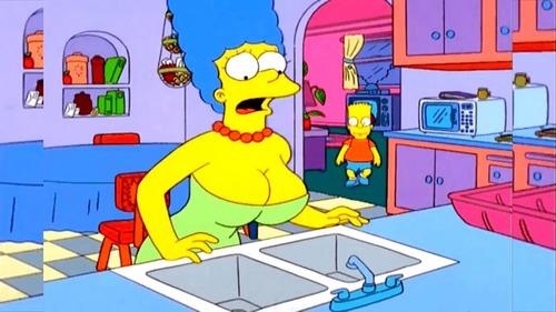 """Dans l'épisode """"La nouvelle Marge"""", Marge se fait poser des implants mammaires par erreur, car à la base elle voulait retoucher :"""