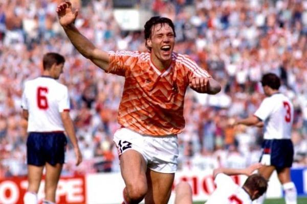 Quel était le premier club professionnel de Marco Van Basten ?