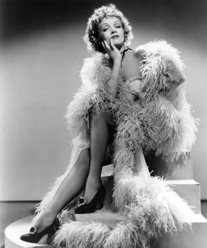 W którym w niżej wymienionych pojazdów można zobaczyć plakat niemiecko-amerykańskiej aktorki i piosenkarki Marlene Dietrich ?