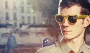 Chanteur et youtubeur à la fois, je ne quitte jamais mes lunettes de soleil...