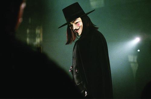 Quel acteur se cache sous le masque de V ?