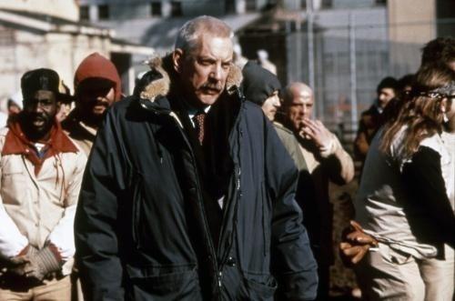 Donald Sutherland en directeur de prison sadique face à Sylvester Stallone dans...?