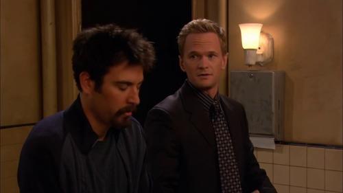 Quel type de femme fait fantasmer Barney dans le 1er épisode ?