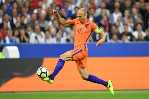 Lors du premier match des Oranges au Mondial 2014, contre quelle équipe Arjen Robben inscrit-il un doublé avec notamment un but où il aurait atteint la vitesse de 31km/heure ?