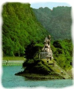 La légendaire Lorelei, nymphe au chant envoûtant, est assise sur un rocher qui domine :