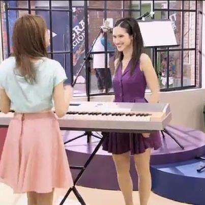 Violetta'nın evinde hangi müzik aleti var?