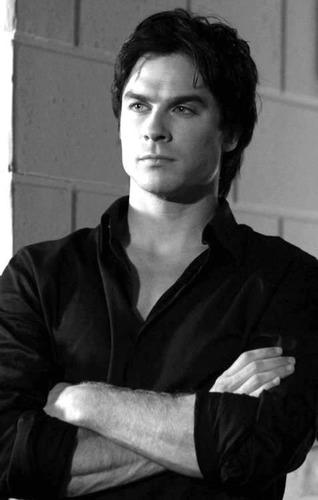 Kibe volt Damon egy kicsit is szerelmes Elenán és Chatrinenen kivűl ?