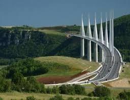 Quel architecte a construit le viaduc de Millau ?