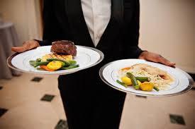 """""""As iguarias são empratadas na cozinha e o empregado de mesa transporta-as diretamente para a mesa do cliente"""""""