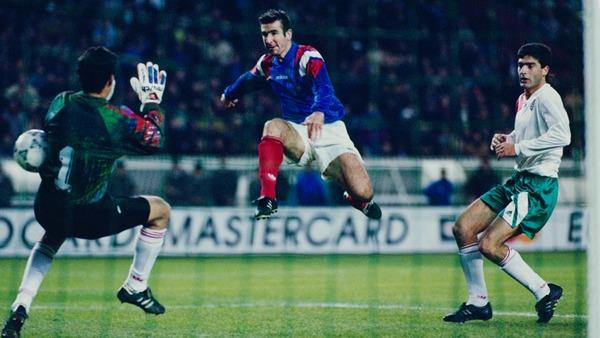 A la 32e minute, Eric Cantona délivre les bleus en ouvrant le score sur une remise de la tête de .........
