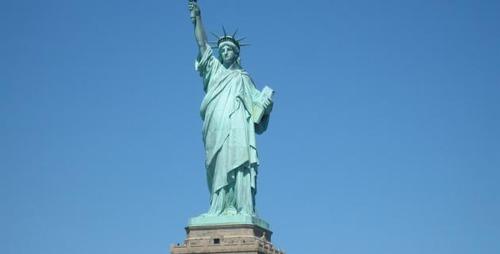 Vers où est dirigé le regard de la Statue de la Liberté ?