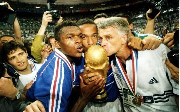 A la fin de cette finale, avec quel journal français Aimé Jacquet règle-t-il ses comptes ?
