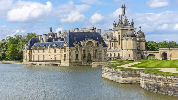 Quel château ayant appartenu au Grand Condé au XVIIe siècle était un lieu de fêtes ?