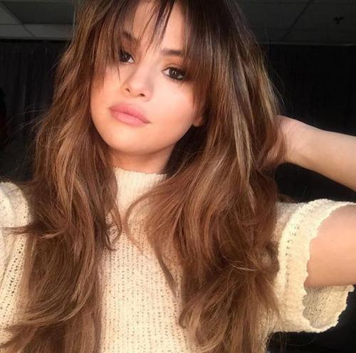 Quel est la couleur de ses cheveux(juin-juillet 2O16) ?