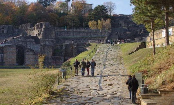 En quelle année la ville de Lugdunum est officiellement créée ?