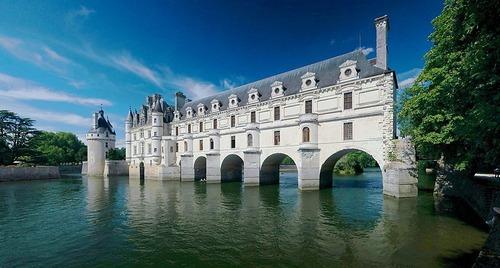 Ce château se trouve en Espagne :