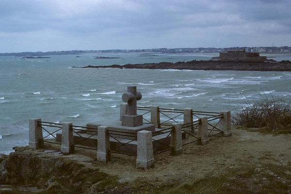 Quel écrivain français est enterré sur l'île du Grand Bé, au large de Saint-Malo ?