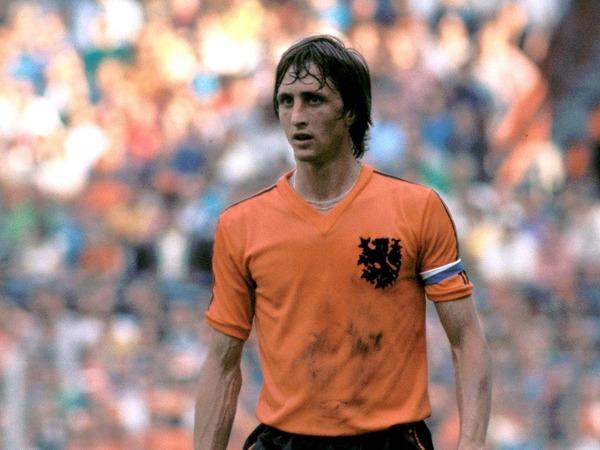 Le 25 mars 2016 lors d'un match amical contre la France, quel hommage a été rendu à Johan Cruyff ?