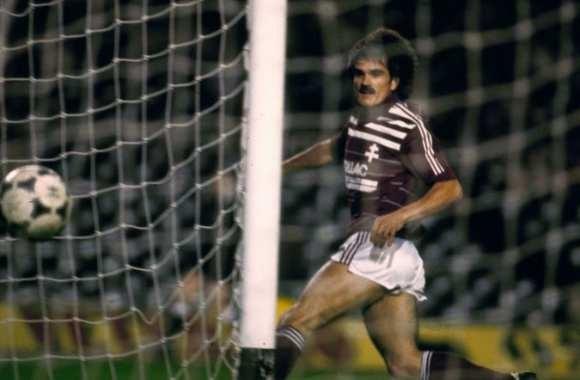 Quel gros club européen les messins éliminent-ils en 16e de finale de la Coupe des Coupes 84-85 ?
