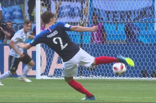 Lors du Mondial 2018, quel latéral réalisa une demi-volée similaire à celle de Benjamin Pavard ?