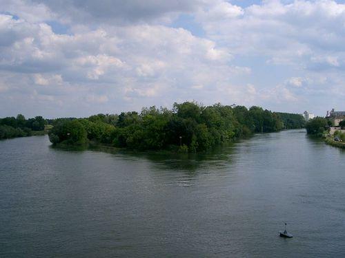 De quel fleuve le Doubs est-il un affluent ?