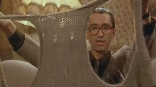 Dans le Père-Noel est une ordure, Pierre reçoit un gilet en cadeau, quelle réaction donne t-il ?