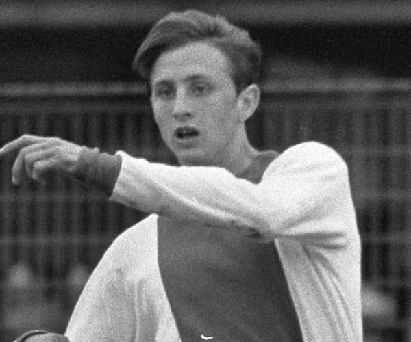 L' Ajax Amsterdam est son premier club pro.