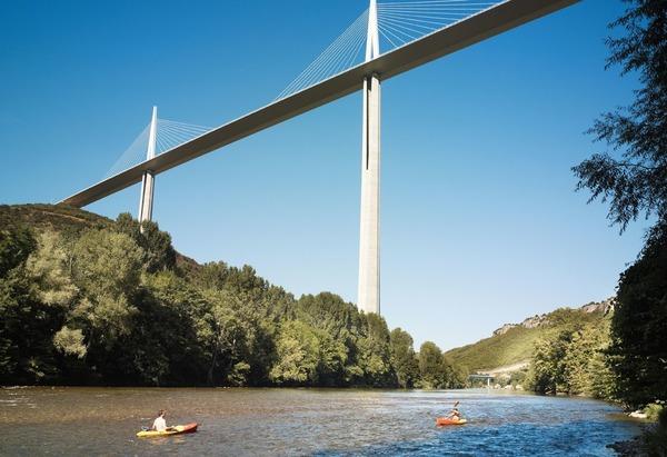 Quelle rivière le viaduc de Millau franchit-il ?