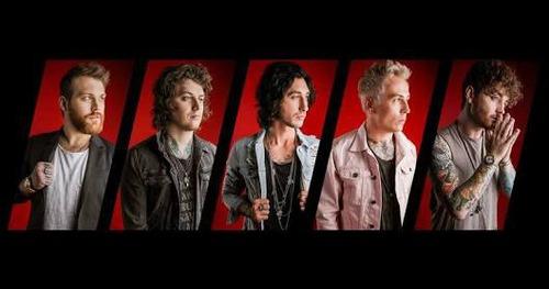 Em 2015 a banda muda de vocalista, como se chamava esse vocalista ?
