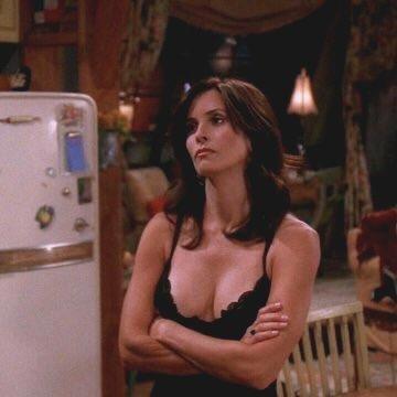 De qui Monica est-elle la petite soeur ?