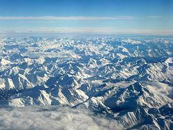 Combien de pays se partage le massif alpin ?