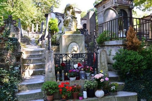 A quem pertence este túmulo no cemitério Père-Lachaise em Paris?