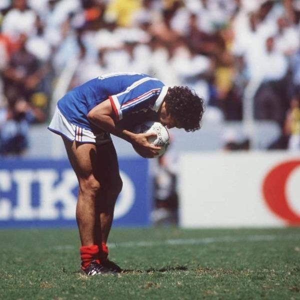 Michel Platini va inscrire le dernier tir au but qui qualifiera les français.