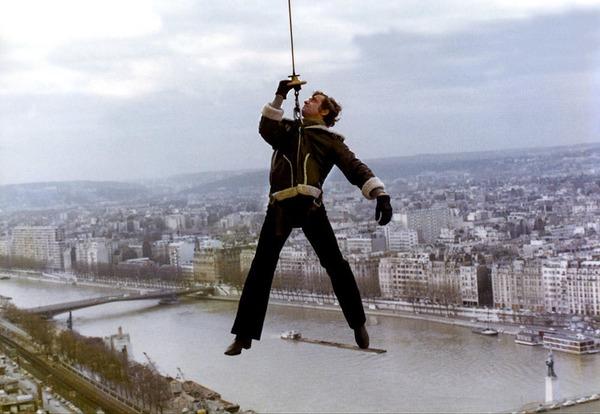 """En 75 il prouve ses talent de cascadeur dans """"Peur sur ..."""""""