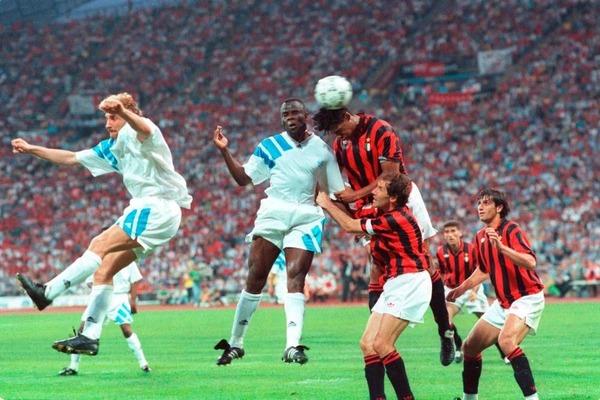 Juste avant la mi-temps, Basile Boli ouvre le score en trompant ......