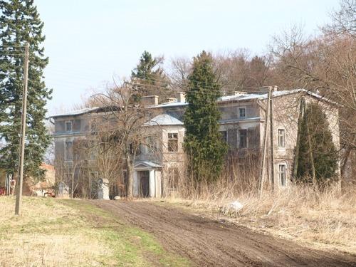 Na zdjęciu przedstawiono dwór w Uniestowie. W jakich latach został wzniesiony ?