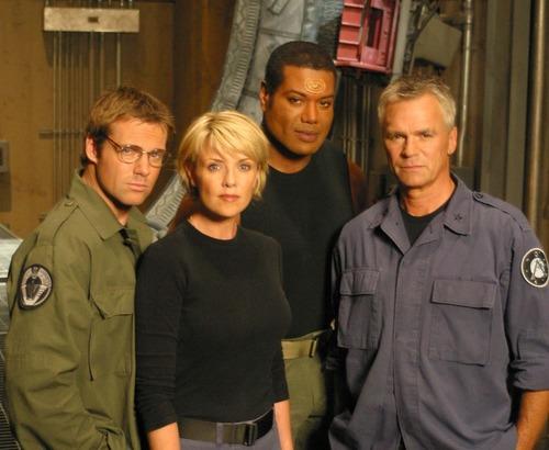 """Dans la série """"Stargate SG-1"""", grâce à quoi l'équipe de Jack O'Neill explore d'autres planètes ?"""