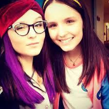 Qual das gêmeas que Larissa Manoela faz na novela usa mechas roxas no cabelo ?