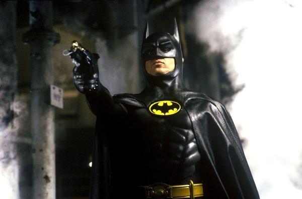Qui joue le rôle de Batman et Bruce Wayne dans le film de 1989 ?