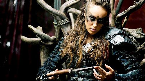 Quel personnage porte un maquillage similaire dans la série ?