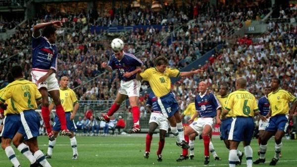 La France et le Brésil s'affrontent lors de la finale 98. Zidane ouvrira le score de la tête suite à un corner tiré par :