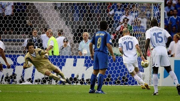 Dans ce match, Zidane ouvre le score sur penalty d'une Panenka.