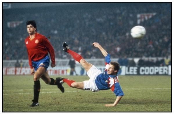 Toujours dans ce même match, Jean-Pierre Papin va donner l'avantage aux Bleus d'une belle Papinade. Quel gardien espagnol encaisse ce but ?